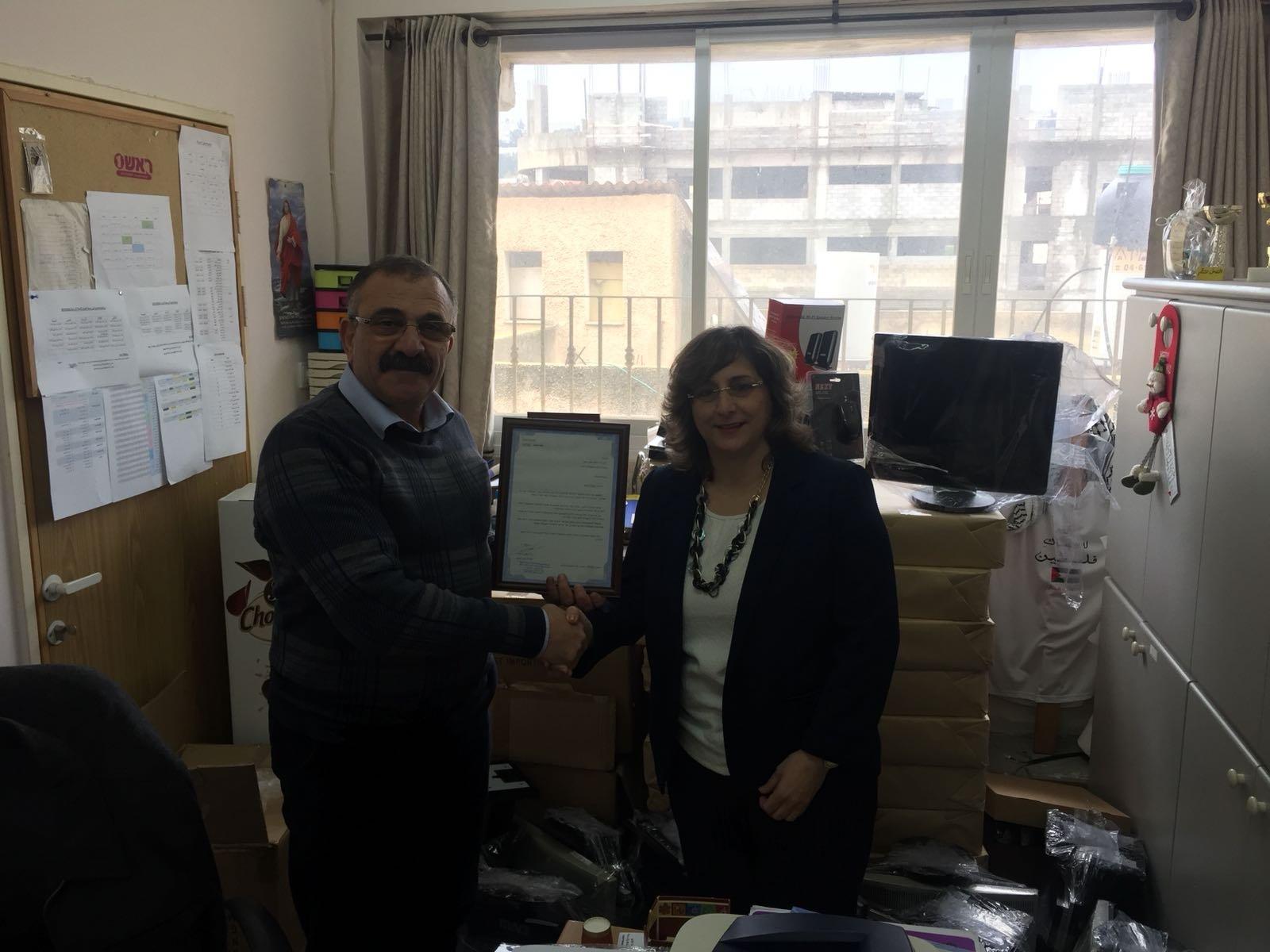 بنك هبوعليم فرع الرينة يتبرع ب 20 حاسوبا لمدرسة البطريركية اللاتينة في القرية
