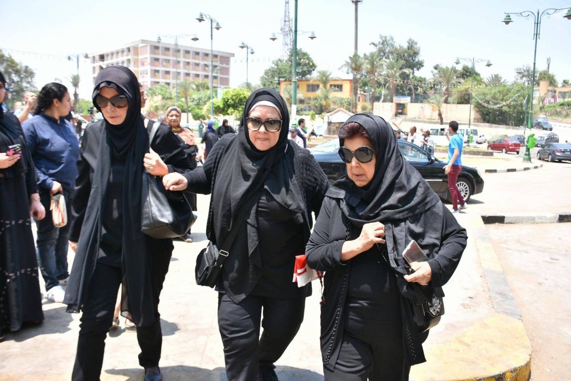 الفنانون المصريون يشيعون جنازة مديحة يسري.. وانهيار زميلاتها الممثلات