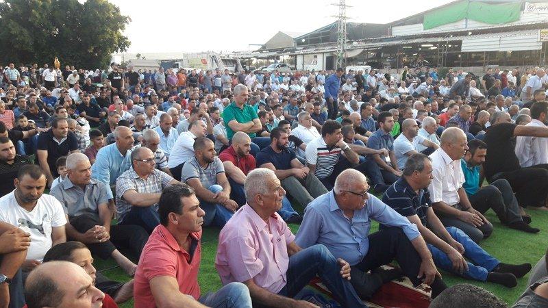 المئات من أهالي عرابة يؤدون صلاة العيد في ساحة السوق الكبير