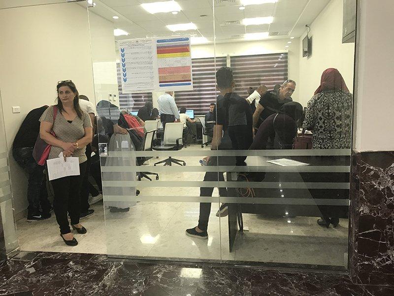اقبال واسع في افتتاح التسجيل في الجامعة الاميركية - جنين