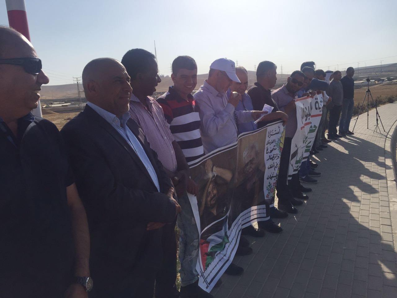 النقب: العشرات في وقفة إحتجاجية إسنادًا للأسرى