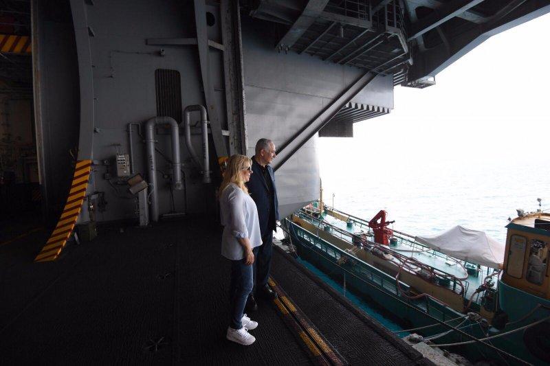 نتنياهو يزور حاملة الطائرات الأمريكية بميناء حيفا ج.ه.و. بوش : إسرائيل هي حاملة الطائرات الأمريكية الأضخم