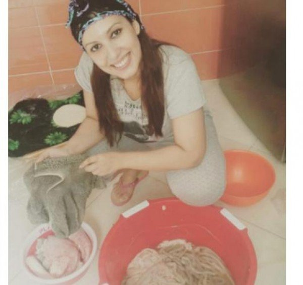 نجمة مغربية تفاجئ جمهورها بتنظيف كرشة الذبيحة