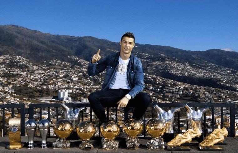رونالدو يستعرض جوائزه على قمة جبل