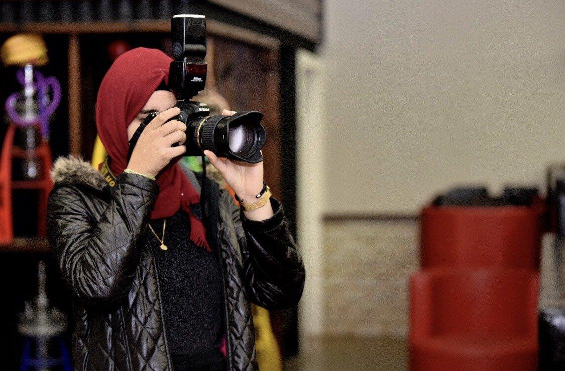 امارات اغبارية بدأت خطواتها بتحقيق حلمها ان تكون صحافية لامعة