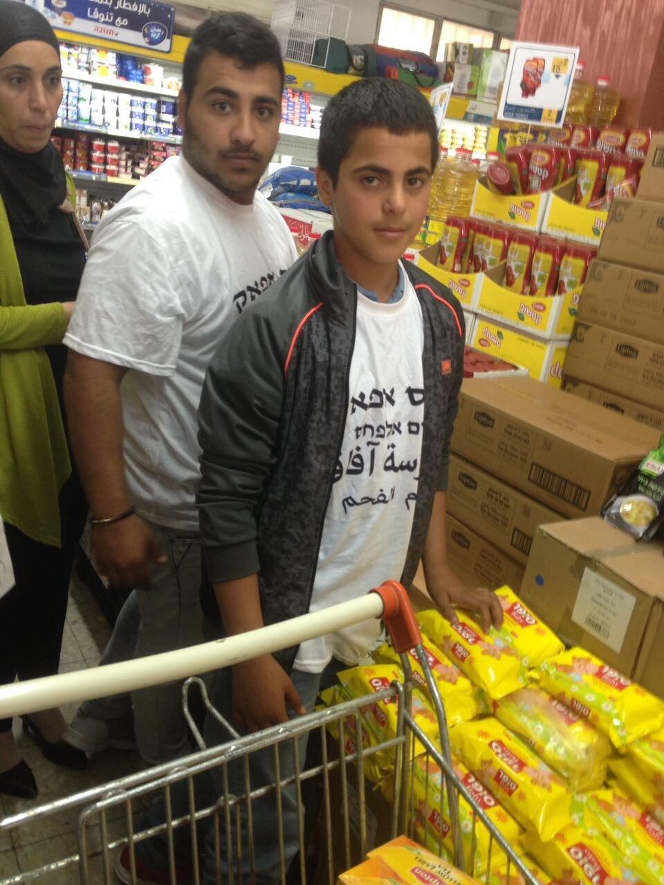 طلاب مدرسة افاق يوزعون 60 طردًا غذائيًا على العائلات المستورة