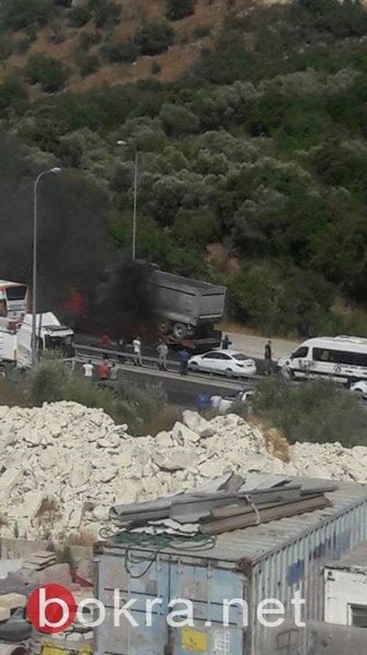 اغلاق شارع 65 قرب أم الفحم بسبب احتراق شاحنة، وإصابة سائق بحادث في مصمص