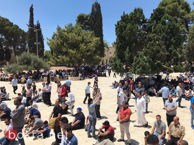الالاف الفلسطينيين يؤدون الجمعة في الاقصى