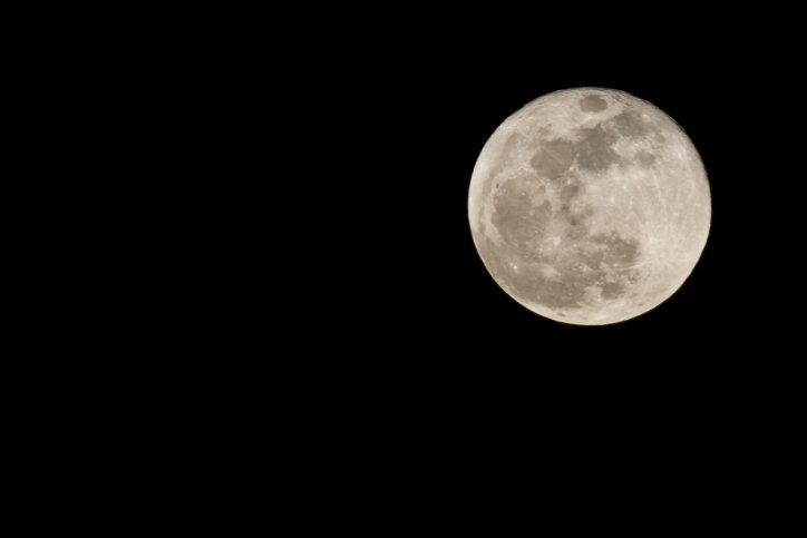 شاهدوا بالصور: القمر العملاق أضاء سماء البلاد أمس