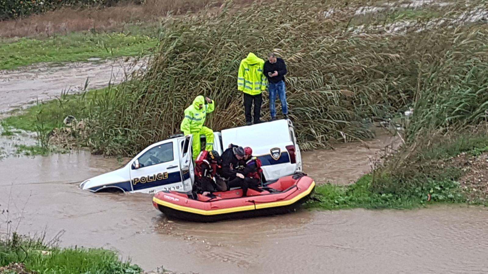 إنقاذ مركبة غرقت في مجمع مياه قرب باقة وفيها أطفال