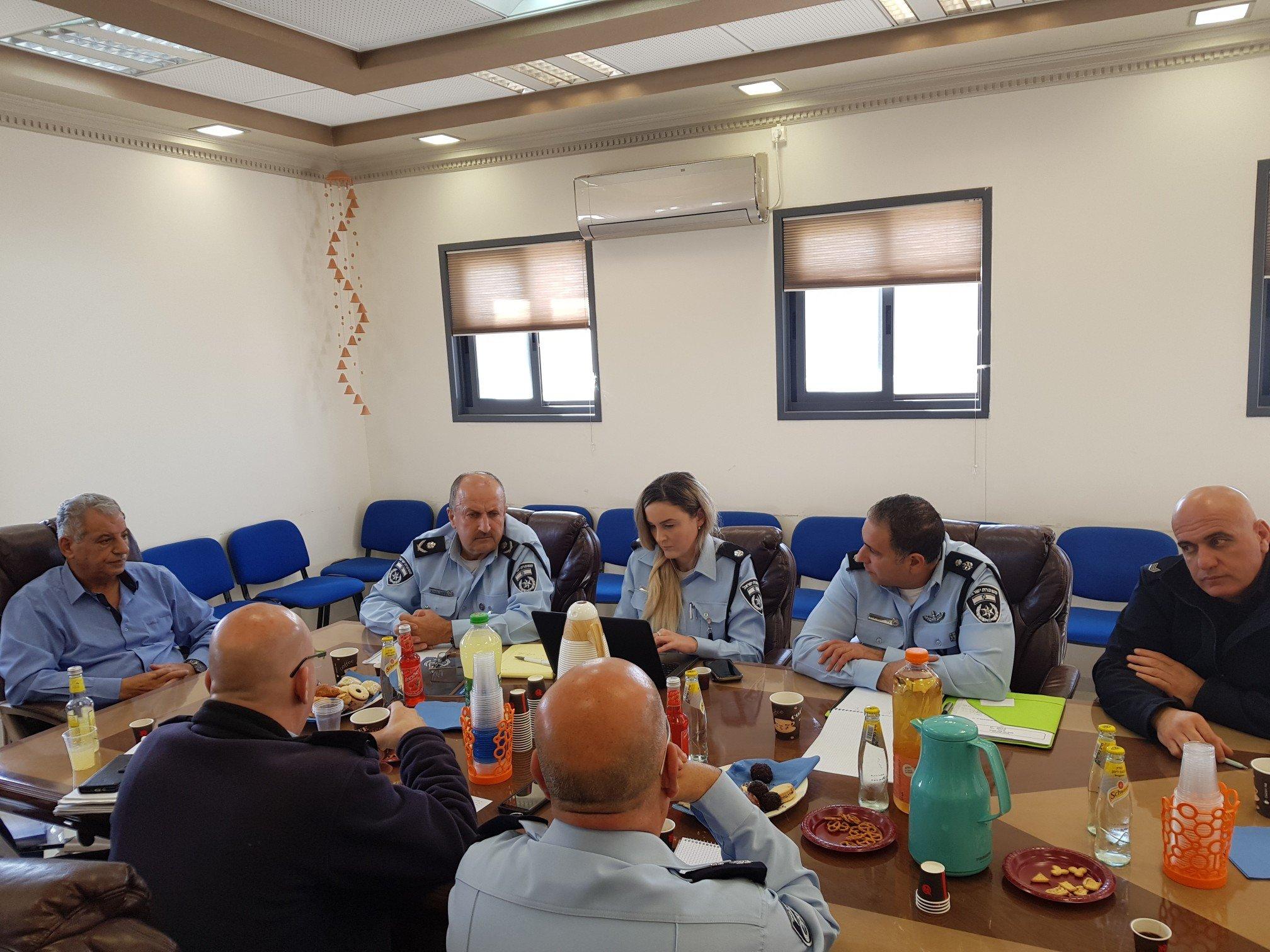 جلسة عمل بين مجلس طلعة عارة والشرطة لتعزيز سبل مكافحة العنف وفوضى السلاح