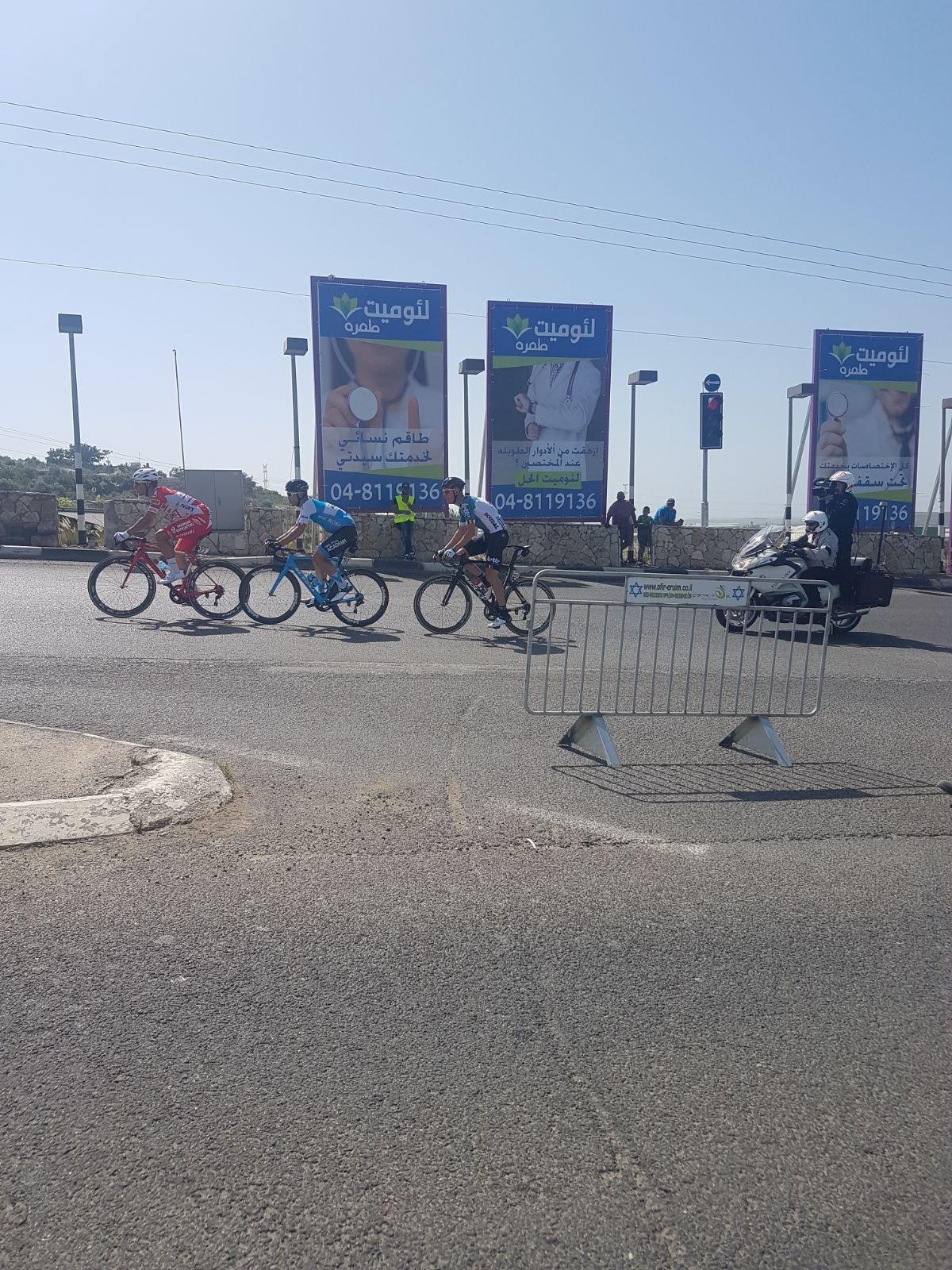 طمرة: العلم الفلسطيني يرفرف بوجه المشاركين في سباق الدراجات الايطالي