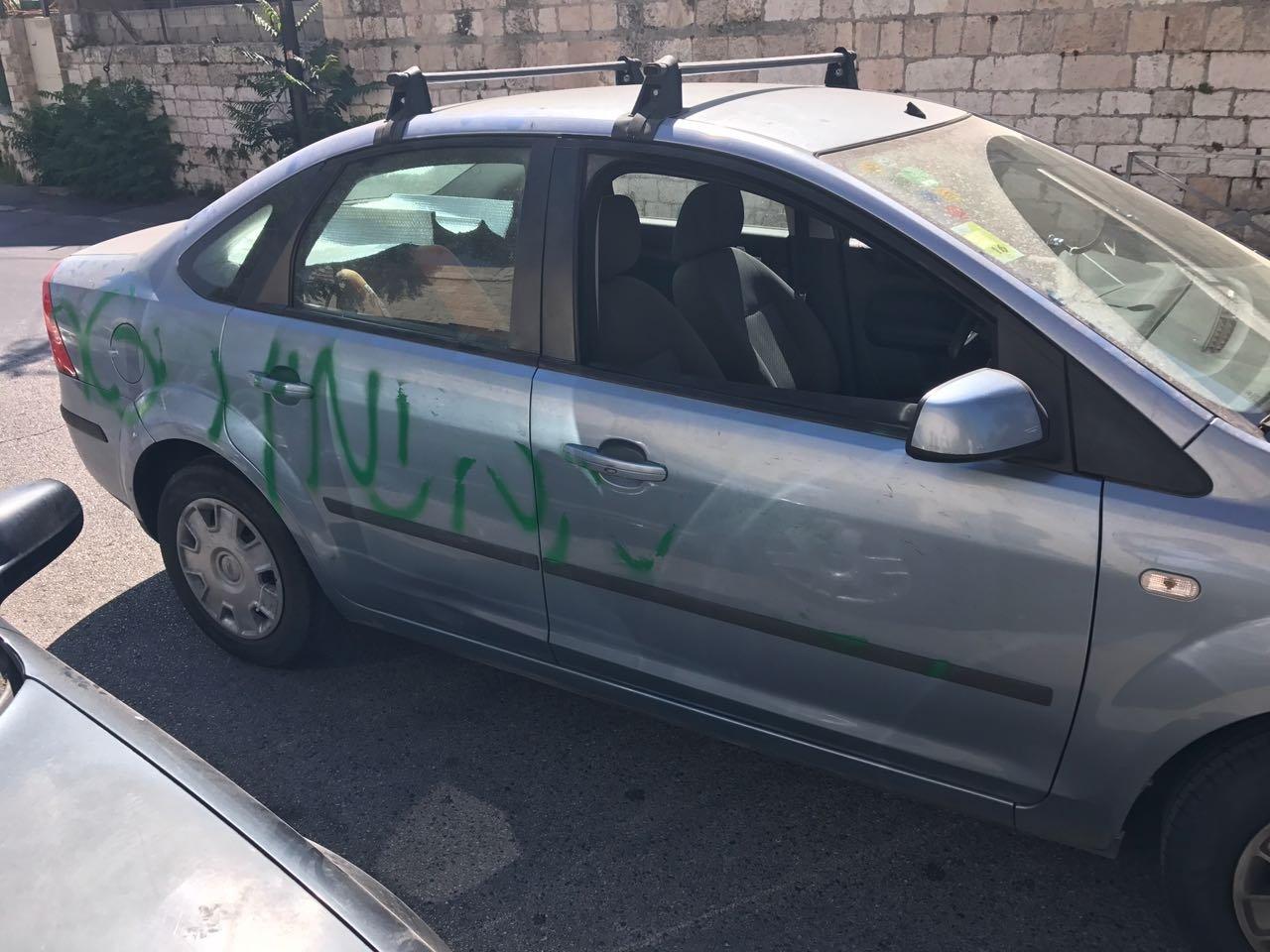 القدس: اعطاب اطارات مركبات وكتابات معادية للعرب