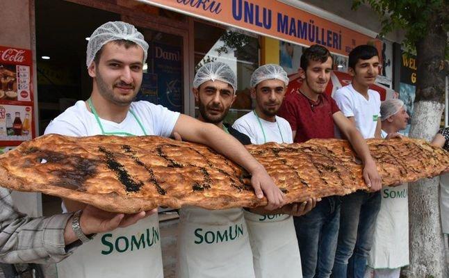 خبز خاص برمضان طوله 4 أمتار!