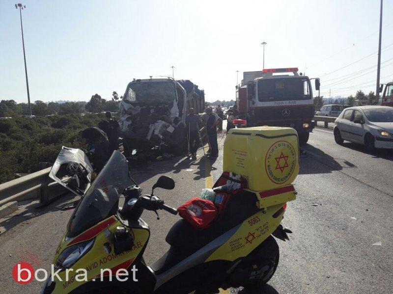 إصابة شخص من كفر قاسم بحادث مروّع بين شاحنتين على شارع 5