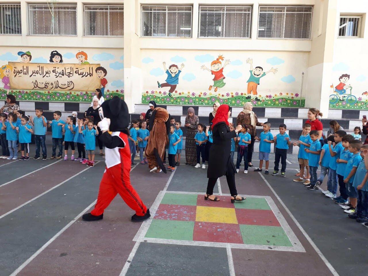 طاقم المدرسة الجماهيرية بير الامير يستقبل الطلاب بحفاوة كبيرة