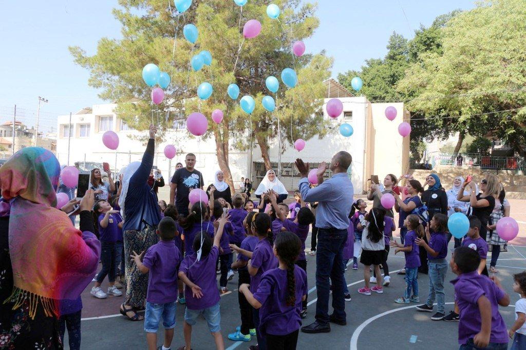 افتتاح السنة الدراسية بشكل مختلف في الناعورة .. طلاب الصف الأول يطلقون أمنياتهم إلى السماء