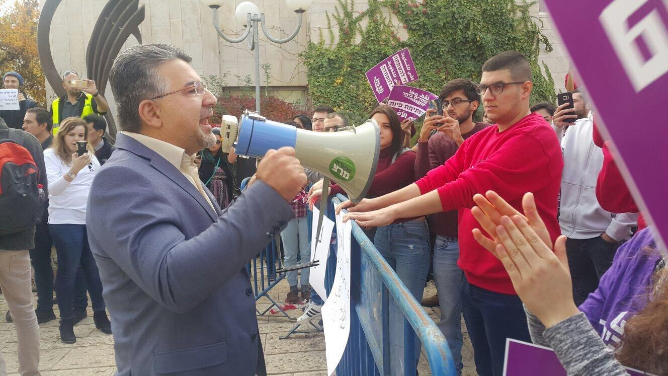 الطلاب العرب يتظاهرون في الجامعة العبرية بمشاركة النائب يوسف جبارين
