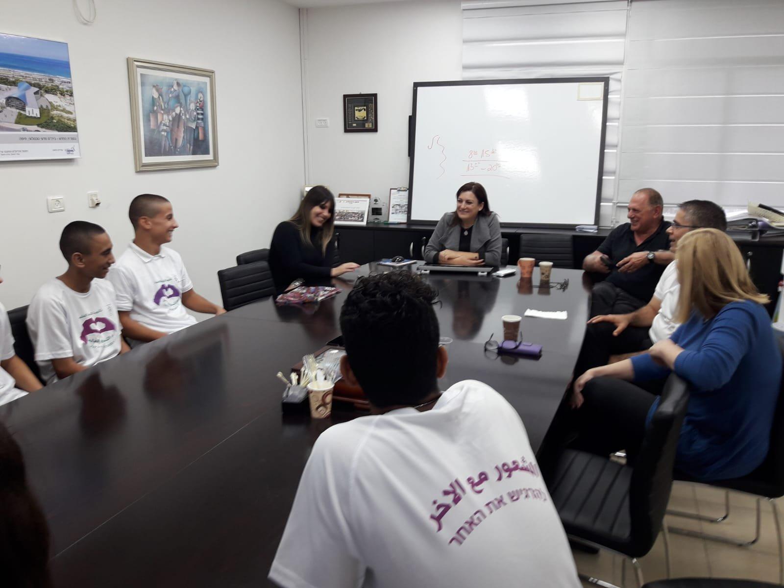 طلّاب ثانويّة الكرمة العلميّة في حيفا يزورون قسم المعارف ببلديّة حيفا   ويقدّمون الهدايا بمناسبة يوم التّسامح