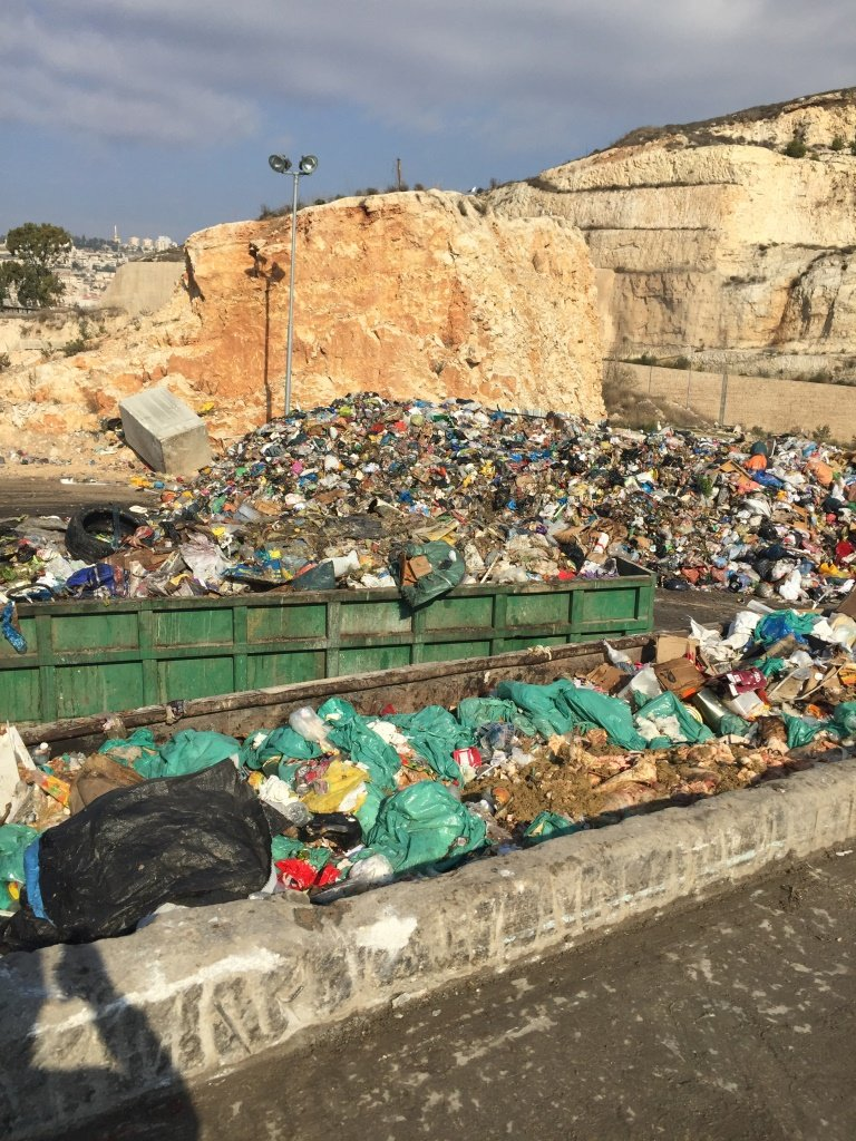 أهالي حي جبل حمودة في الناصرة يعانون من محطة تجميع النفايات القريبة من الحي