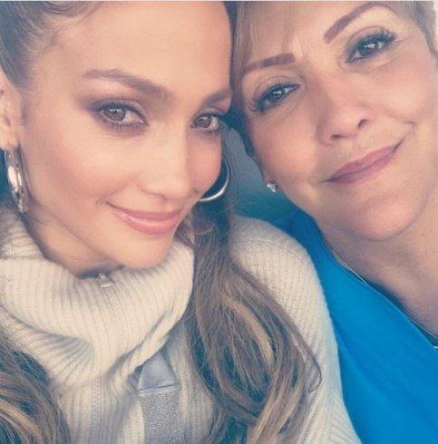 والدة جينيفر لوبيز تشعل مواقع التواصل بجمالها.. هل تشبهها؟