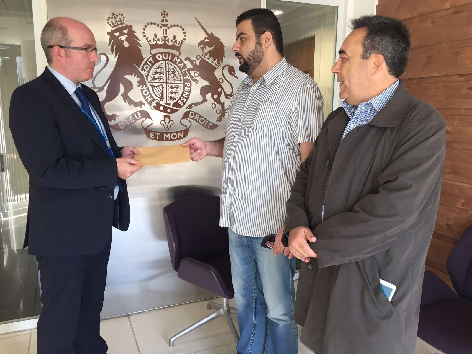 العشرات لبوا دعوة المتابعة للتظاهر قبالة السفارة البريطانية