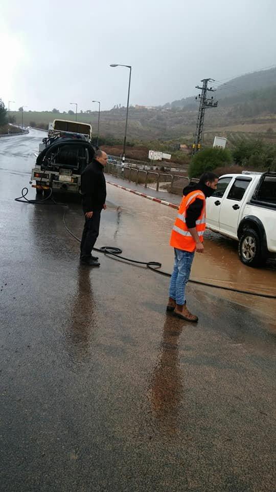 قريبًا لافتات جديدة في شوارع الشبلي أم الغنم .. وخلال العاصفة، رئيس المجلس يشرف على عمل إزالة المياه من مفترق الشبلي
