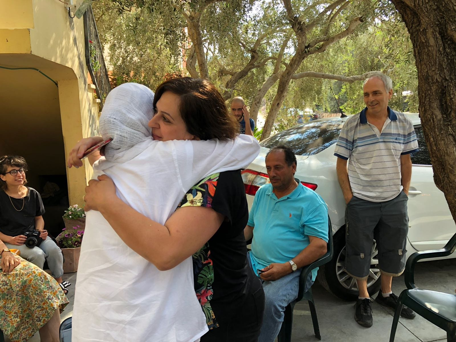 الشاعرة دارين طاطور تغادر منزلها لقضاء محكوميتها في السجن بسبب قصيدة!