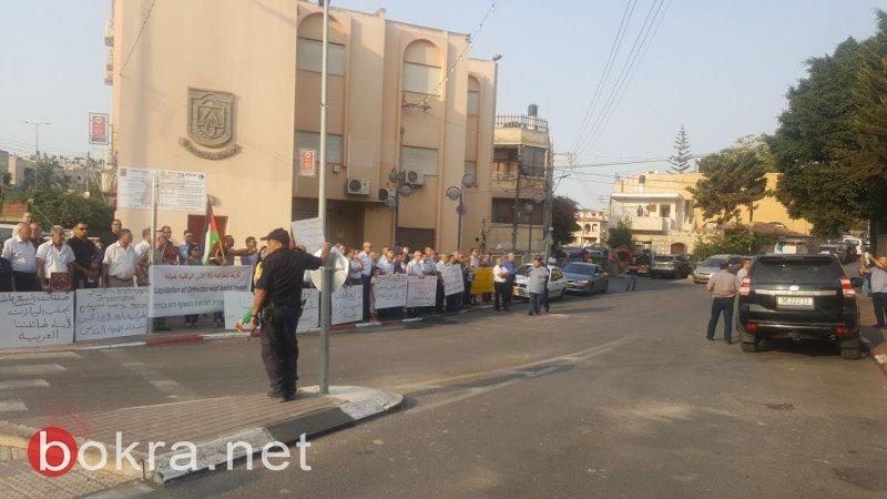 البطريرك يصل الرينة والشرطة تدخله للكنيسة عنوة .. مع هتافات ارحل، يهوذا، خاين