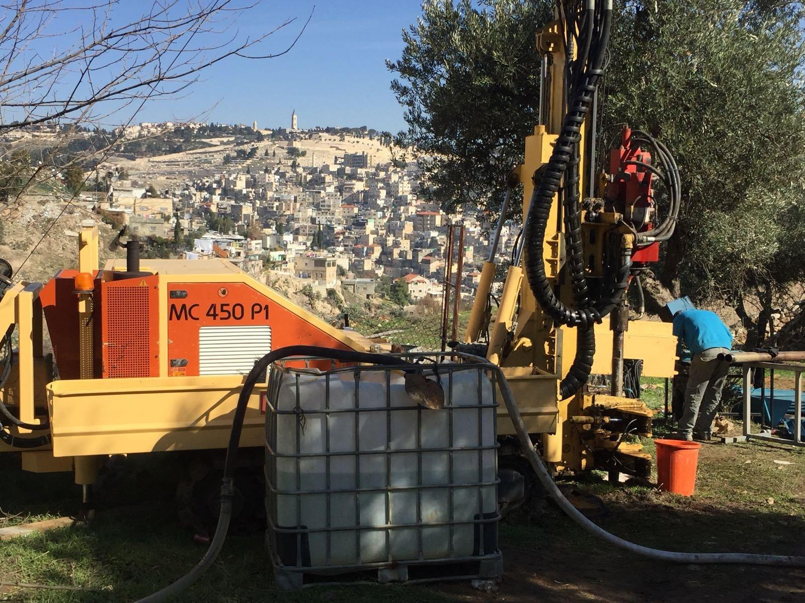 القدس:حفريات إسرائيلية في وادي الربابة لإقامة جسر سياحي للمشاة