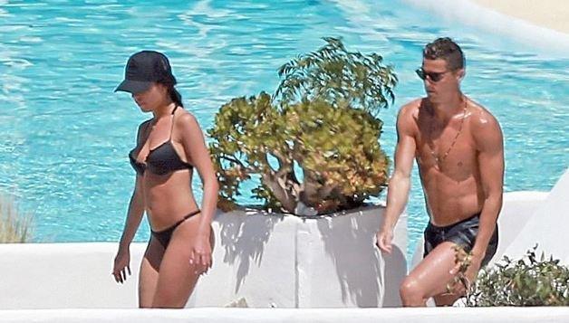 رونالدو يستمتع على الشاطئ مع جورجينا! .. صور