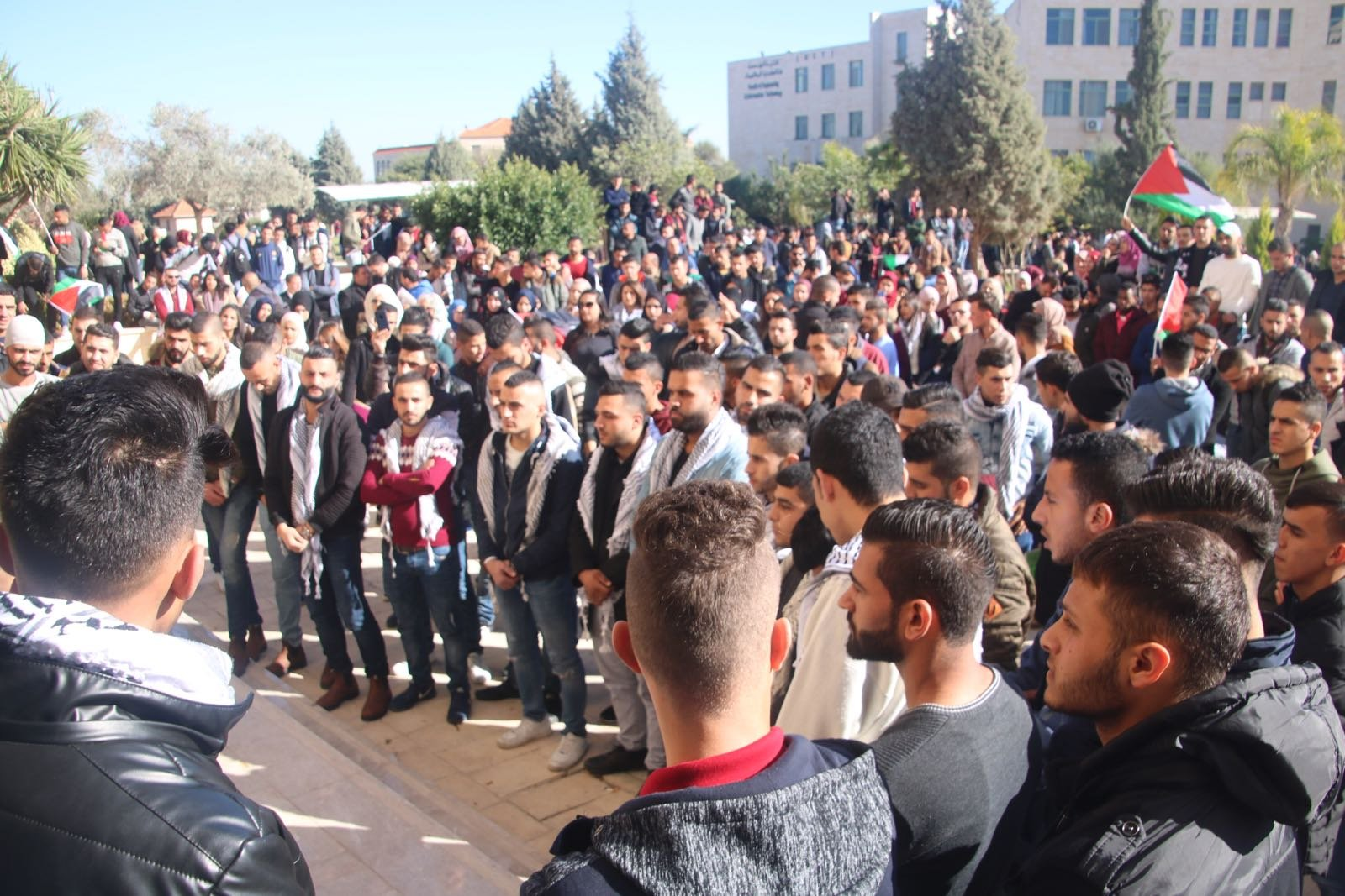 جنين: طلاب الجامعة الامريكية يتظاهرون ضد قرار ترامب