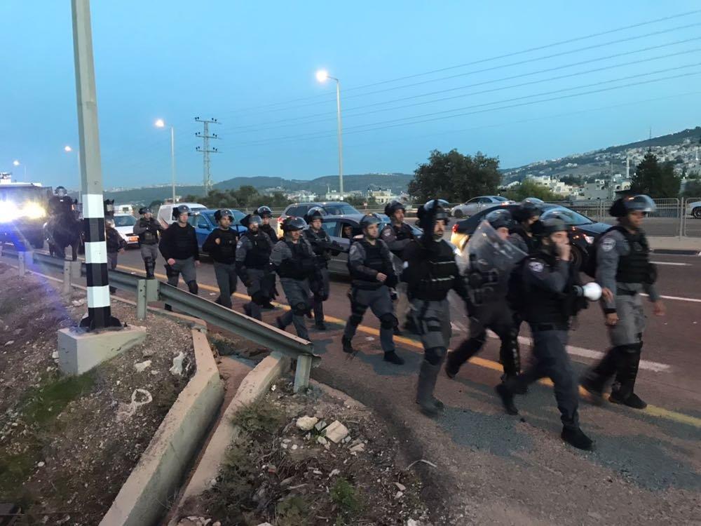 متظاهرون في وادي عارة يغلقون شارع 65