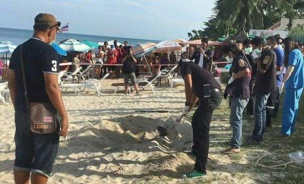 سائحة على الشاطئ استنشقت رائحة كريهة .. وعندما نبشوا الرمل صدموا !