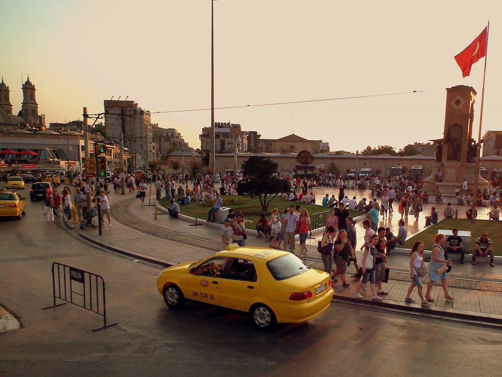 ميدان تقسيم أكثر الأماكن حيوية في اسطنبول، تعرفوا عليه 325190519