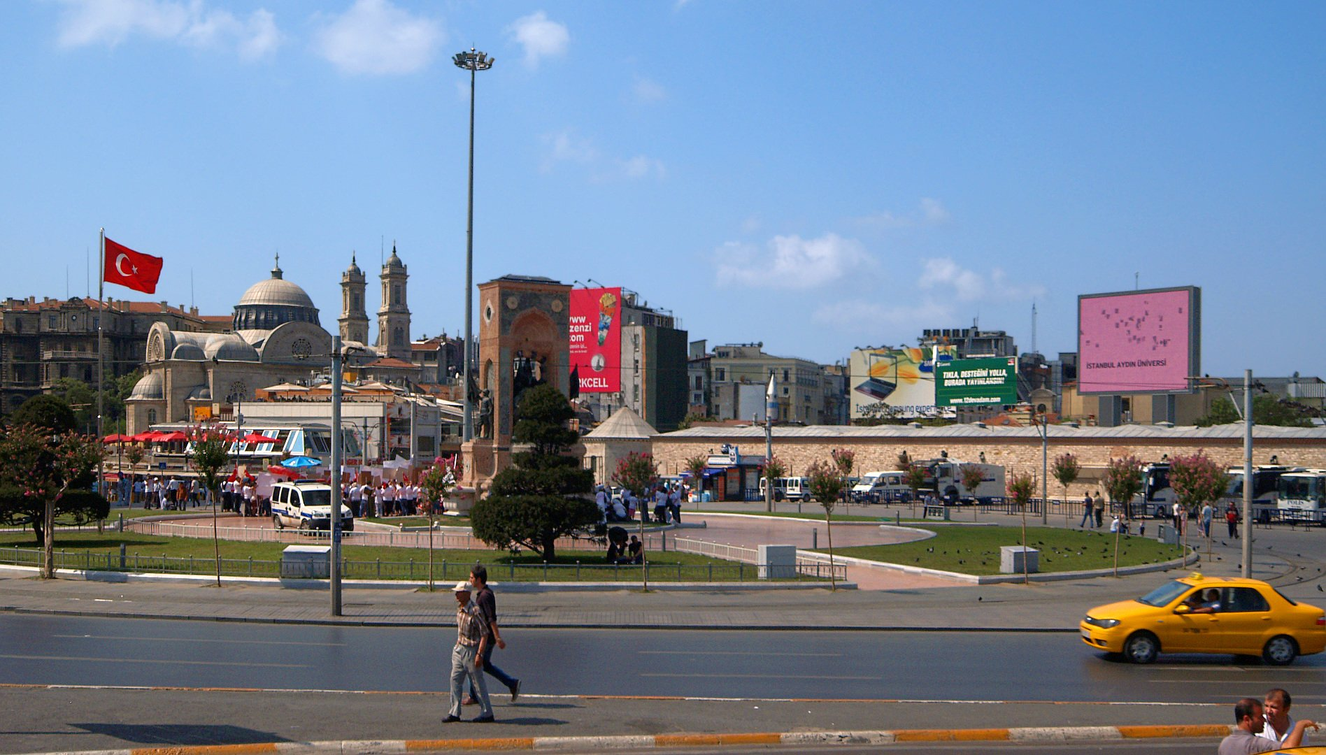ميدان تقسيم أكثر الأماكن حيوية في اسطنبول، تعرفوا عليه 737365007