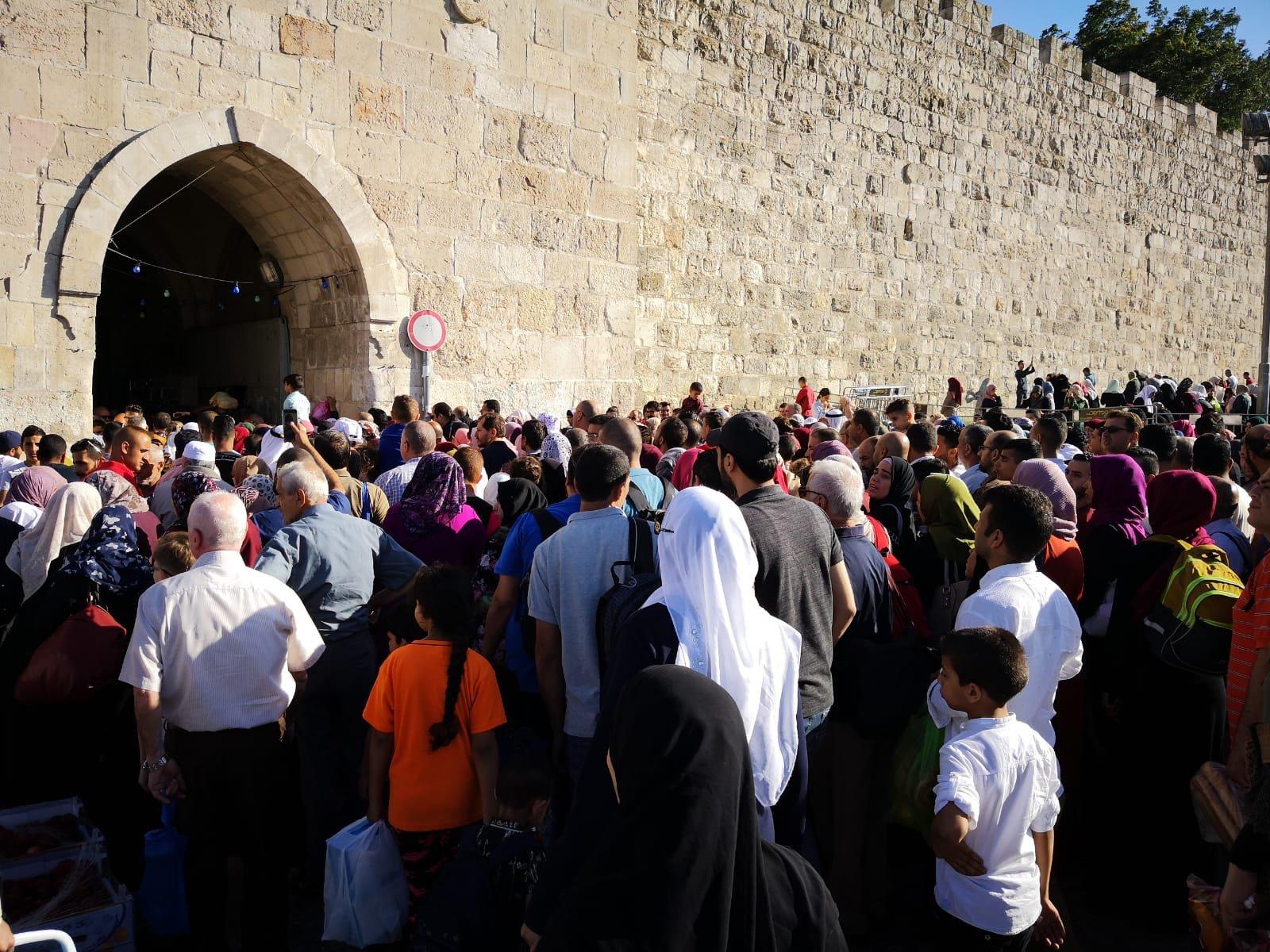 عشرات الآلاف يتوافدون إلى المسجد الأقصى لإحياء ليلة القدر