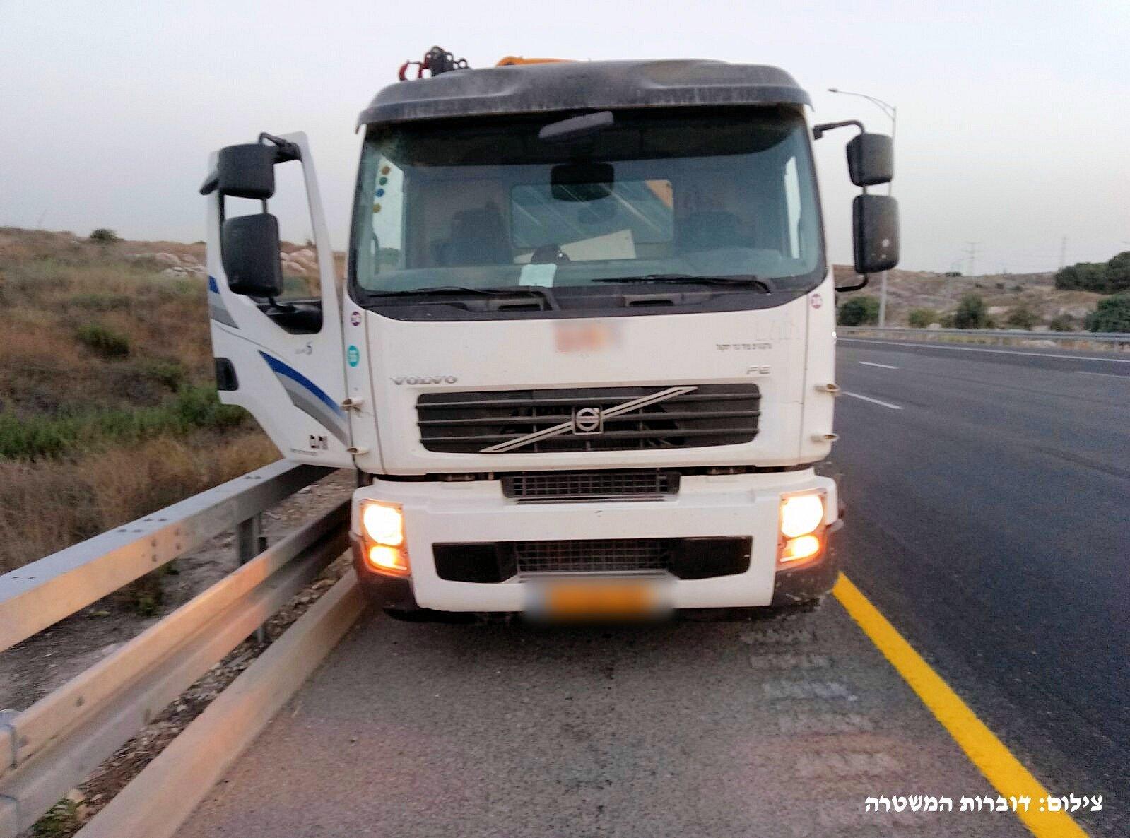 اعتقال مواطن من دبورية ضبط وهو يقود شاحنة مسروقة