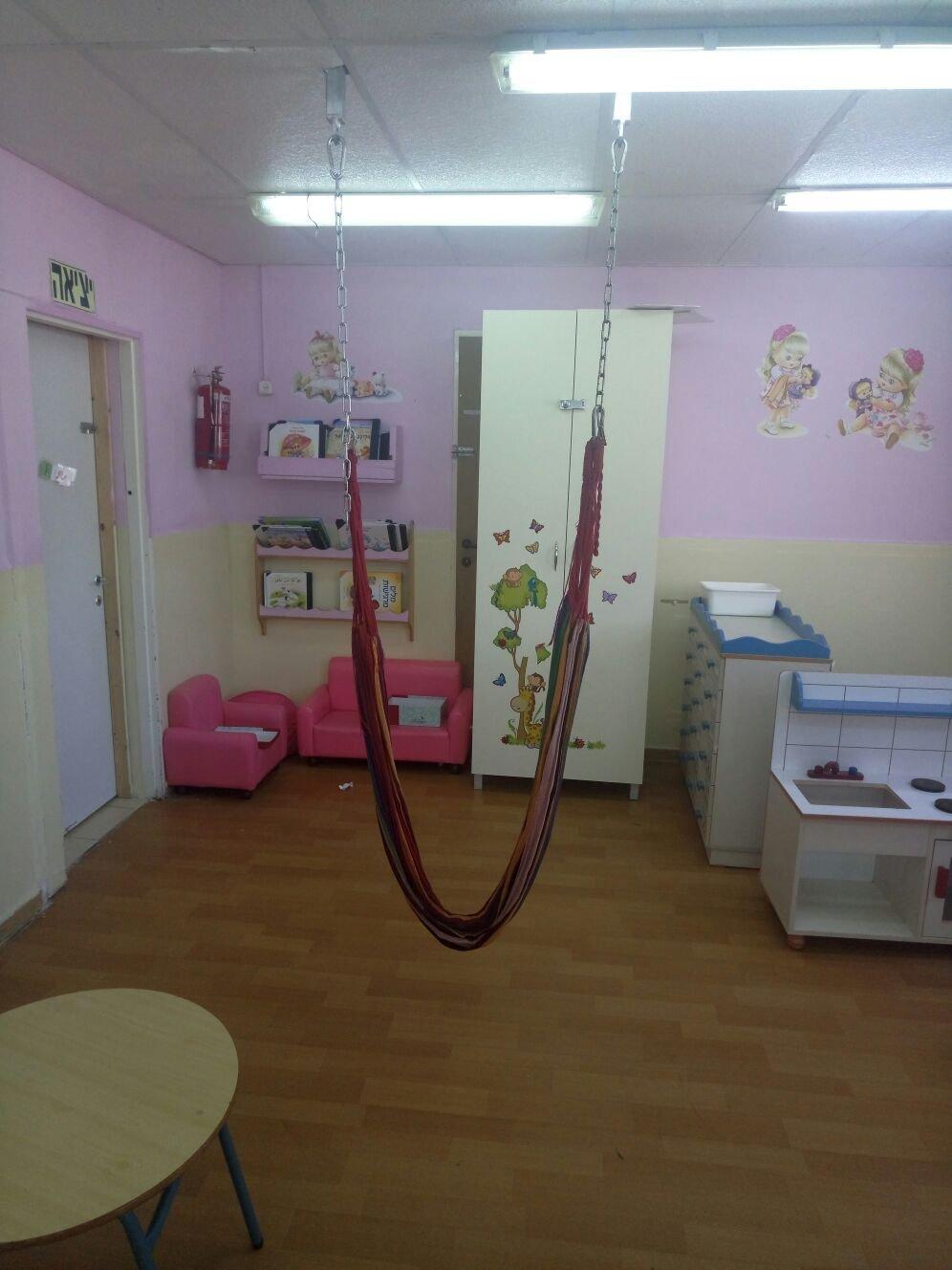 الحذر...التفاف حبال ارجوحة حول عنق طفلة داخل روضة