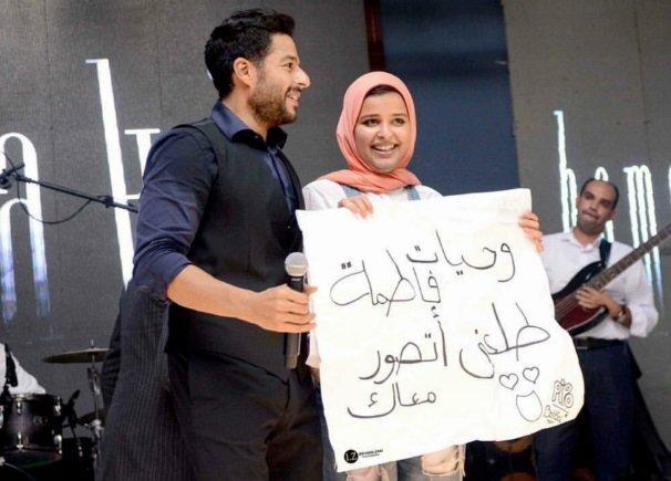 معجبة تحرج محمد حماقي.. وهكذا كان رد فعله