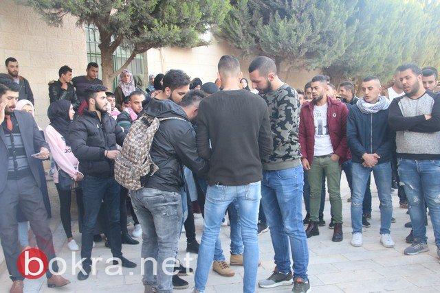 طلاب الجامعة الأمريكية في جنين يتظاهرون ضد قرار ترامب ويحرقون صوره