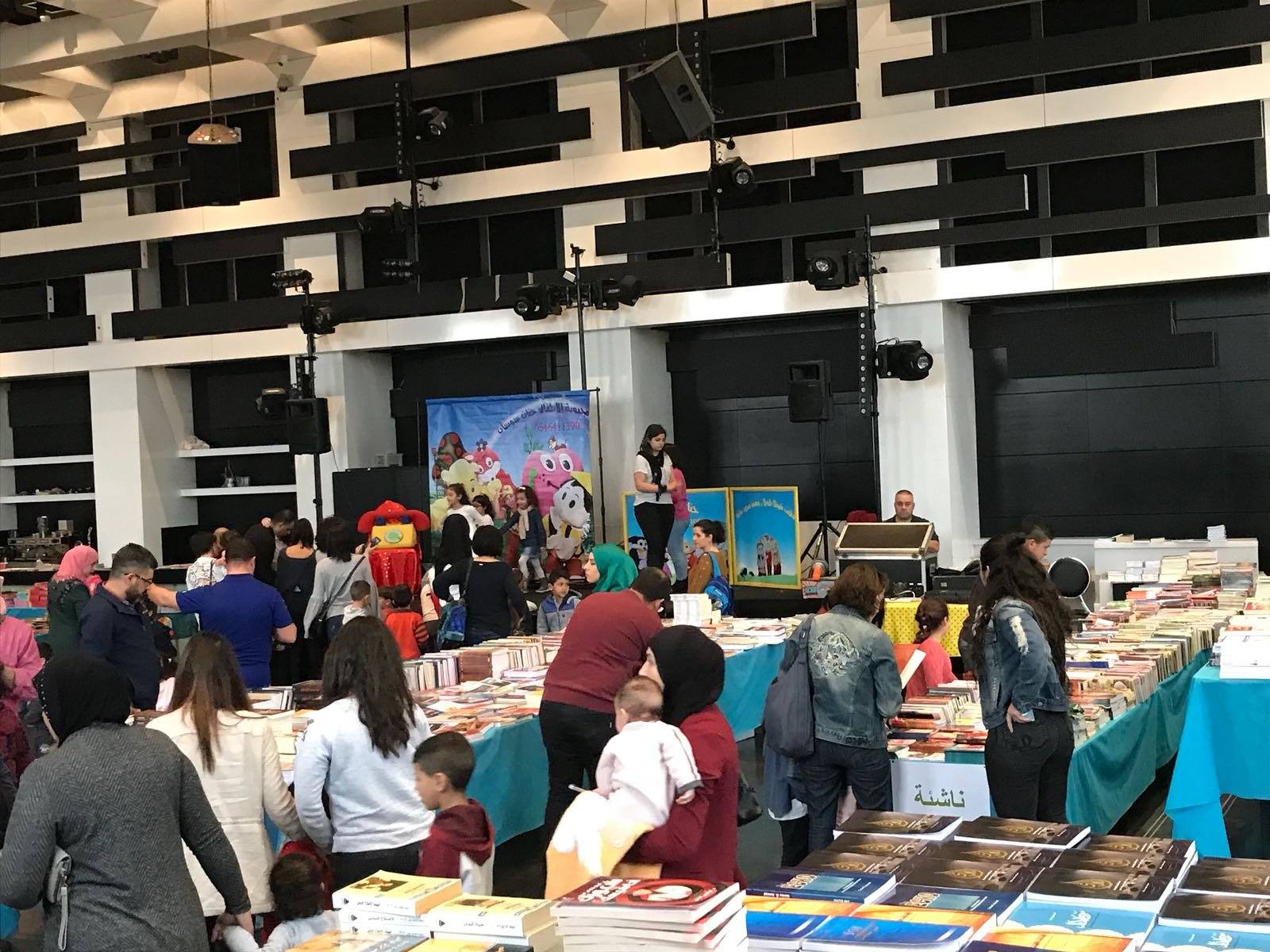 نجاح ضخم لمعرض الكتاب في قاعات الشمشوم والمستمر حتى الخميس 15.2.2018
