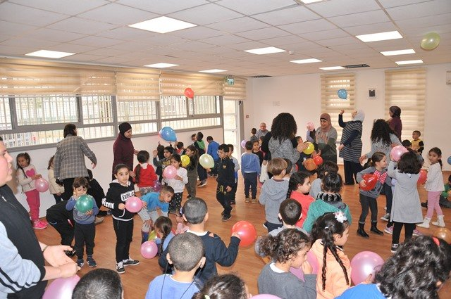 شبيبة وحدة النهوض في الطيرة تًحيي عرضاً للمهرجين لروضات مدرستي العمريّة والحنان