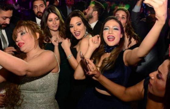 ملحن عربي شهير يتزوج مدربة أسود!