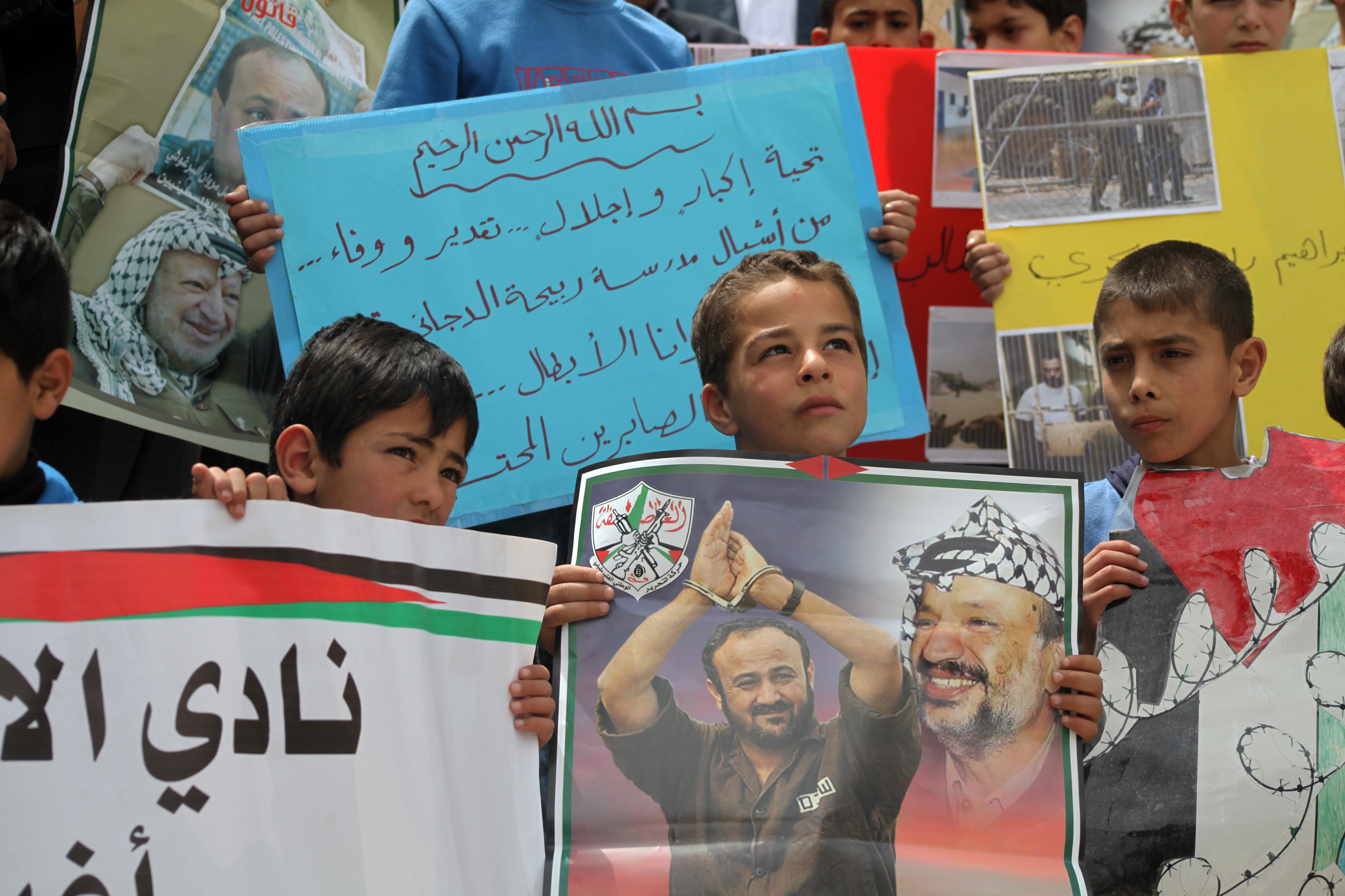 الخليل: اعتصام لأهالي الأسرى احتجاجا على سياسة المنع الامني