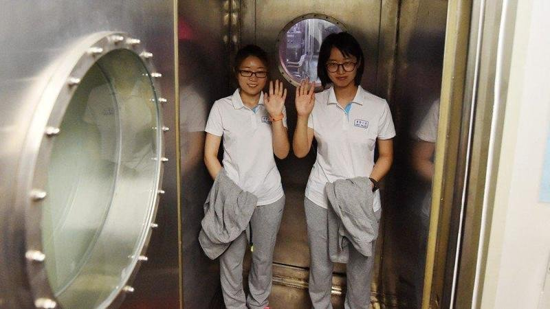 4 طلاب يمضون 200 يوم داخل كبسولة فولاذية!