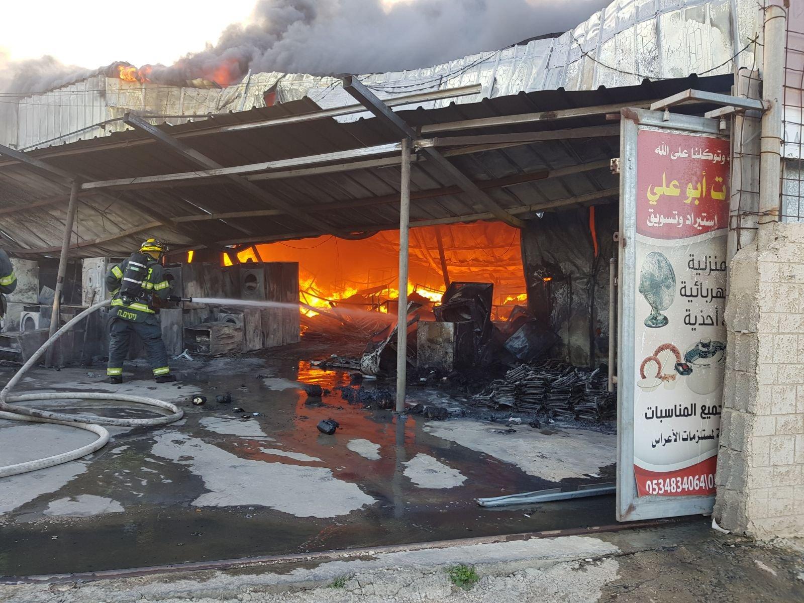 بالصور: هذا ما تسببه الحريق في مخزن بمحطة وقود اليوم في كابول