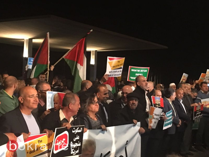 المئات يتظاهرون قبالة السفارة الأميركية في تل ابيب