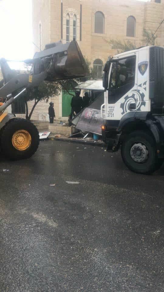 جرافات اسرائيلية تهدم بركسين تجاريين في قرية العيسوية