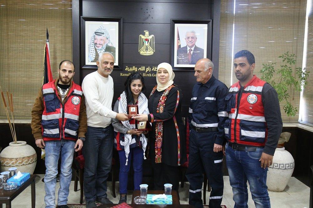 د.غنام تكرم المسعفة المتطوعة نسرين عميرة والفرقة التي خاطرت بنفسها لإسعاف المصابين